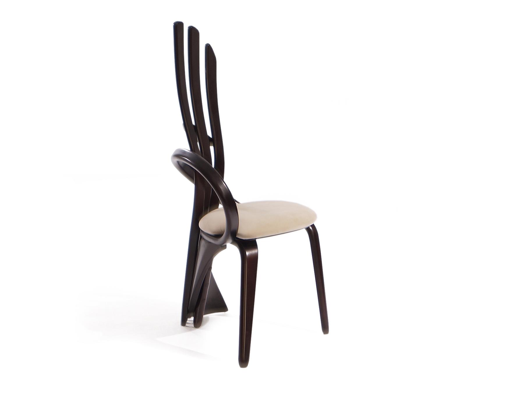 мягкий стул с высокой спинкой