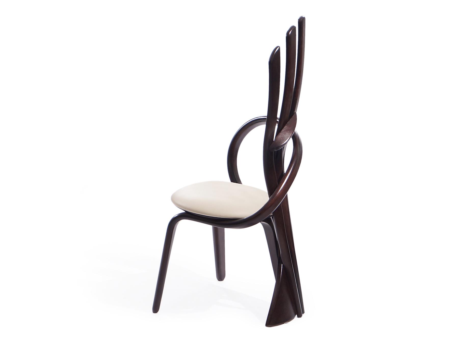 деревянный стул с высокой спинкой