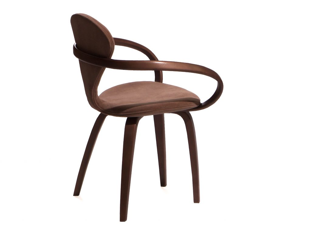 Коричневый стул с мягкой спинкой и деревянными подлокотниками