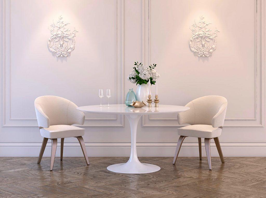 Белый стул с мягкой спинкой в интерьере белой столовой