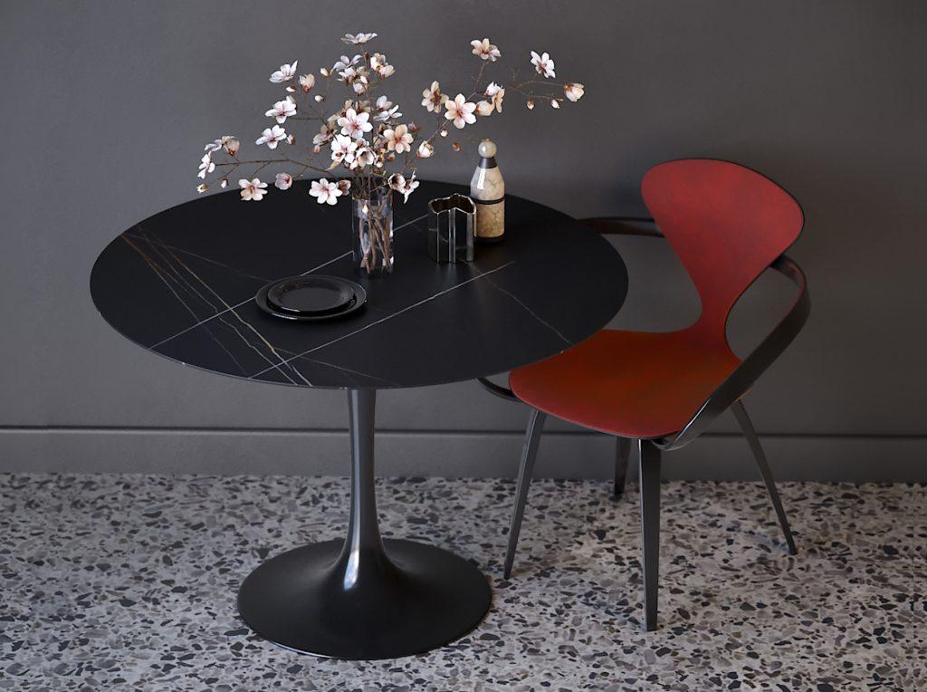 Красный дизайнерский стул с подлокотниками и мягкой спинкой