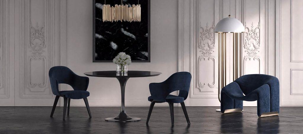 Черный стол в гостиной с синей мебелью