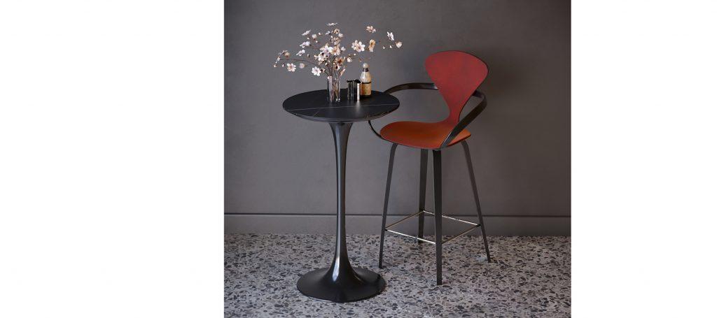 Красный барный стул с подлокотниками и мягкой спинкой