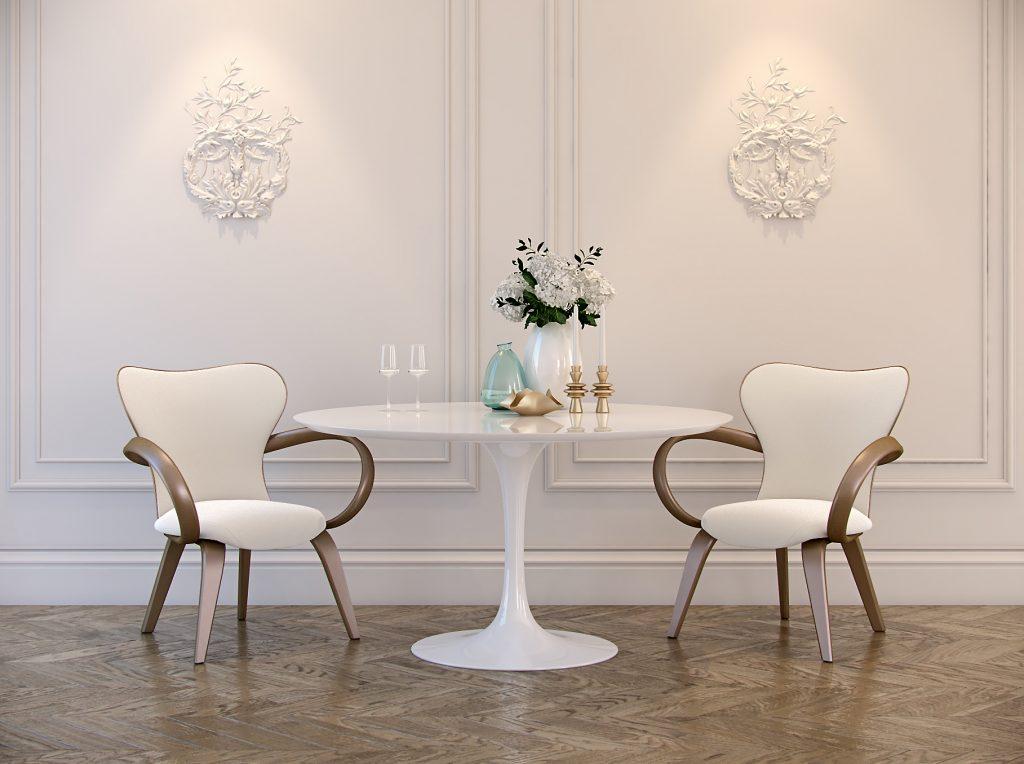 Белая столовая с дизайнерскими стульями