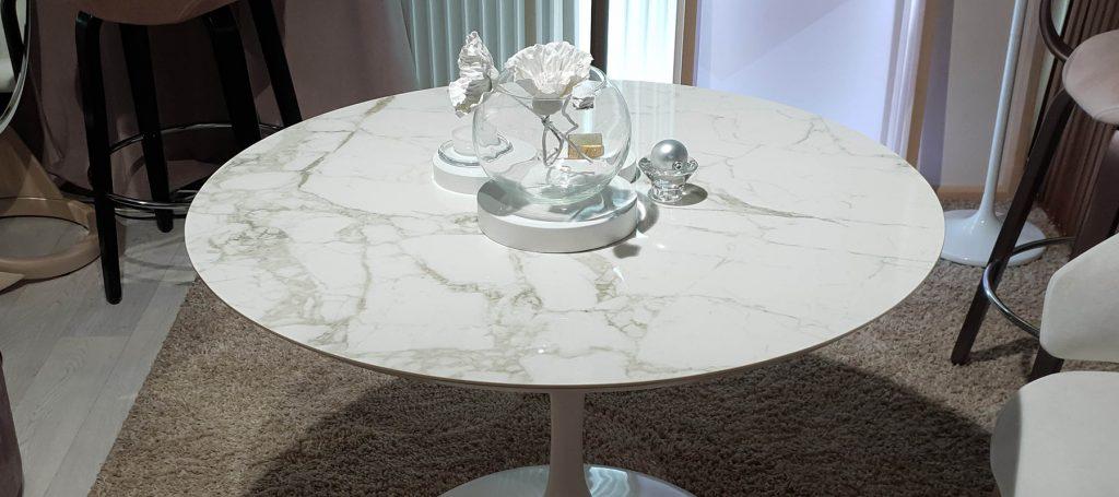 Светлый круглый обеденный стол