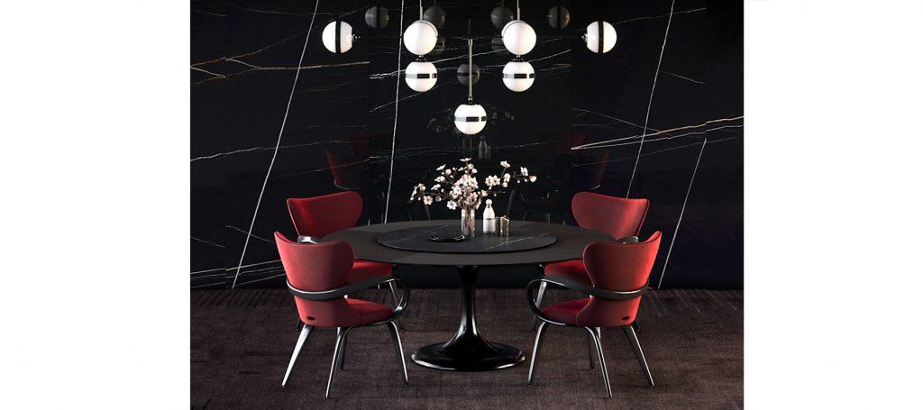 Красные стулья в черной столовой